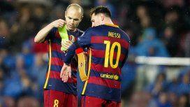 Andrés Iniesta cediéndole la cinta de capitán a Lionel Messi