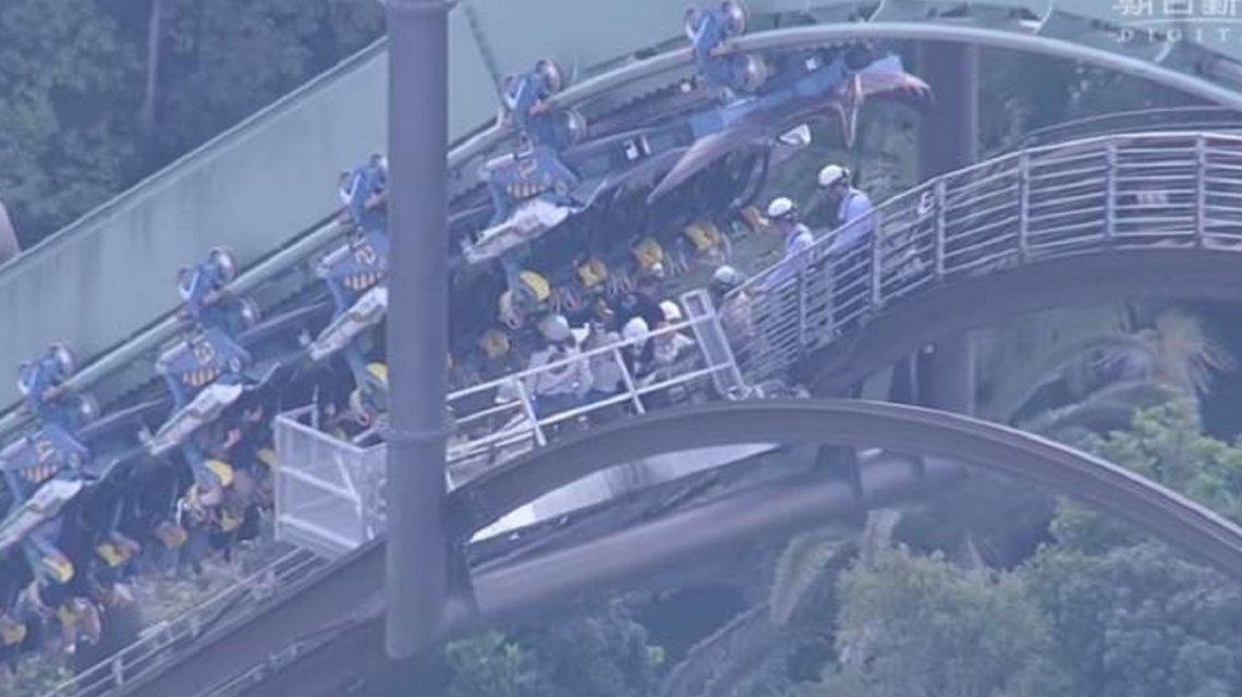 Pánico en una montaña rusa: quedaron atrapados dos horas boca abajo a 30 metros de altura