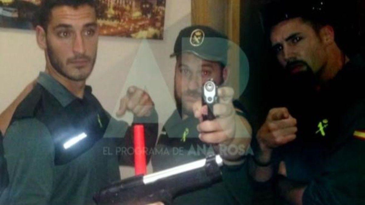 Armados y vestidos de Guardia Civil: las fotos de los miembros de La Manada antes de San Fermín