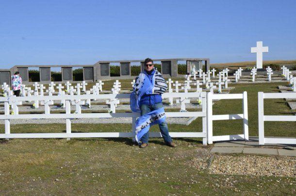 <p>Pablo Barrio en el cementerio de Darwin</p>