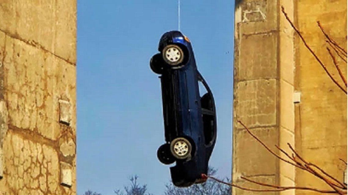 El auto colgante de Toronto conmueve a la ciudad