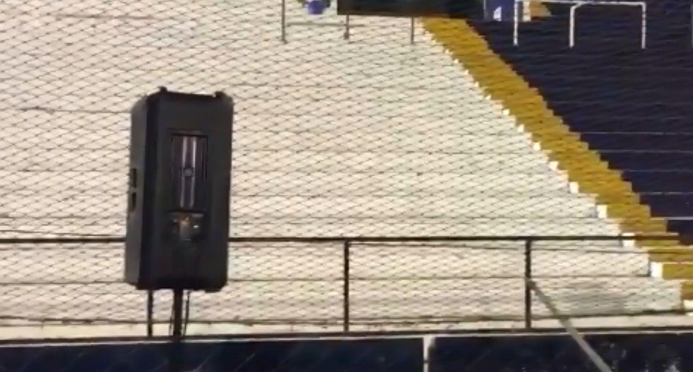 La tribuna vacía y el parlante