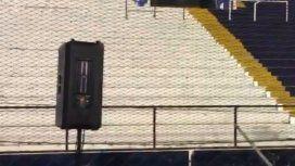 La tribuna vacía y el parlante, postal de la desolación