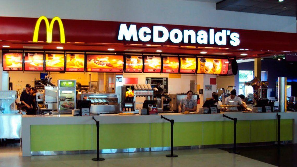 Un hombre robó un inodoro de McDonalds y se lo llevó en un bolso