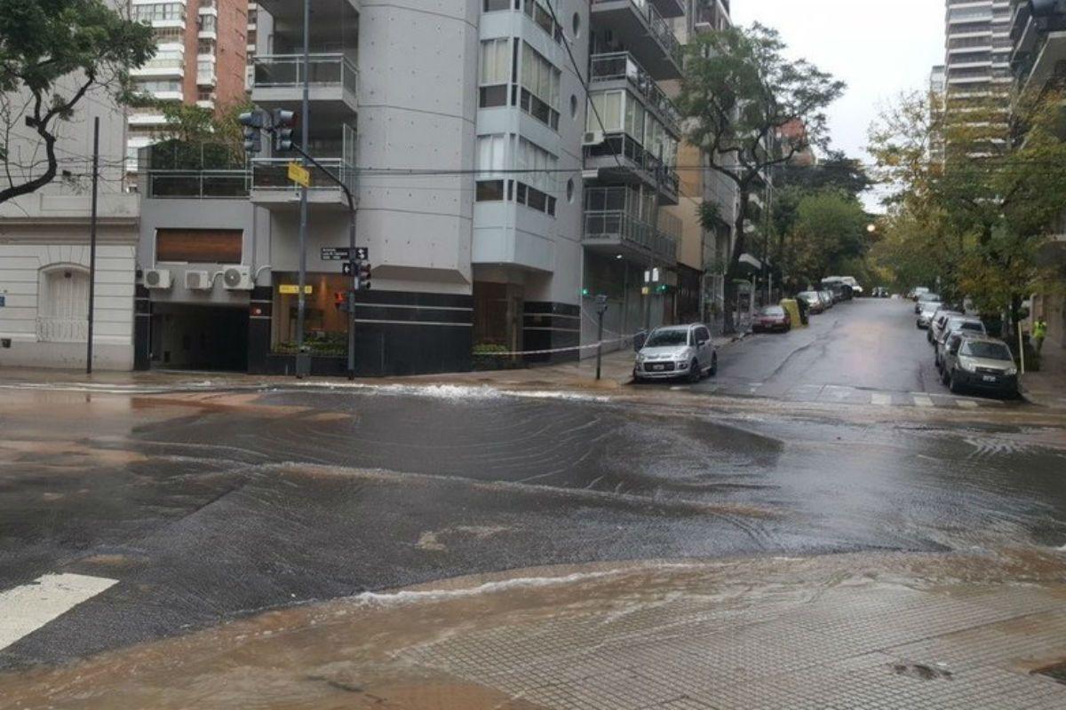 Así se inundó Luis María Campos. El tránsito fue desviado.
