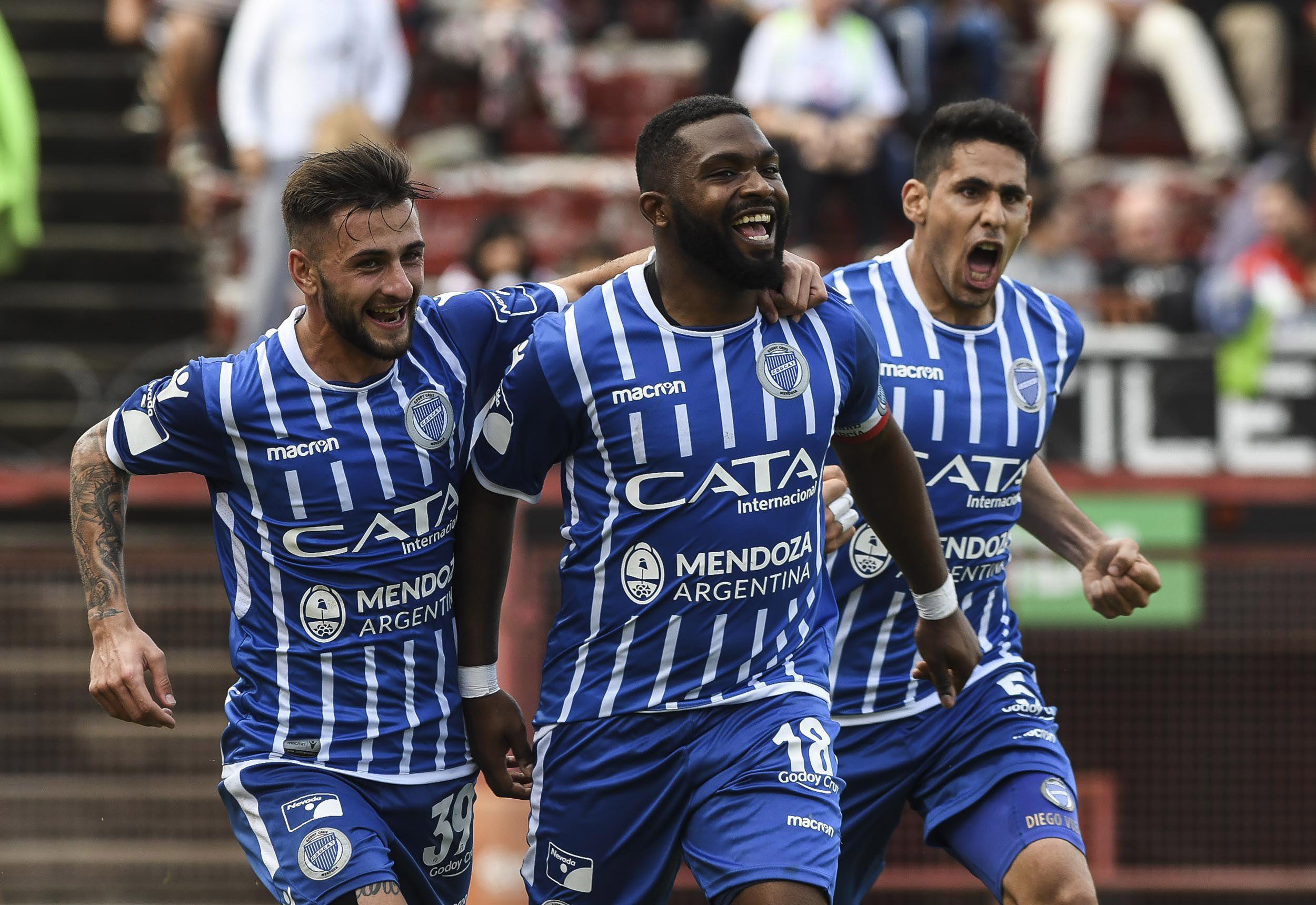 Godoy Cruz alcanzó a Boca en la punta de la Superliga