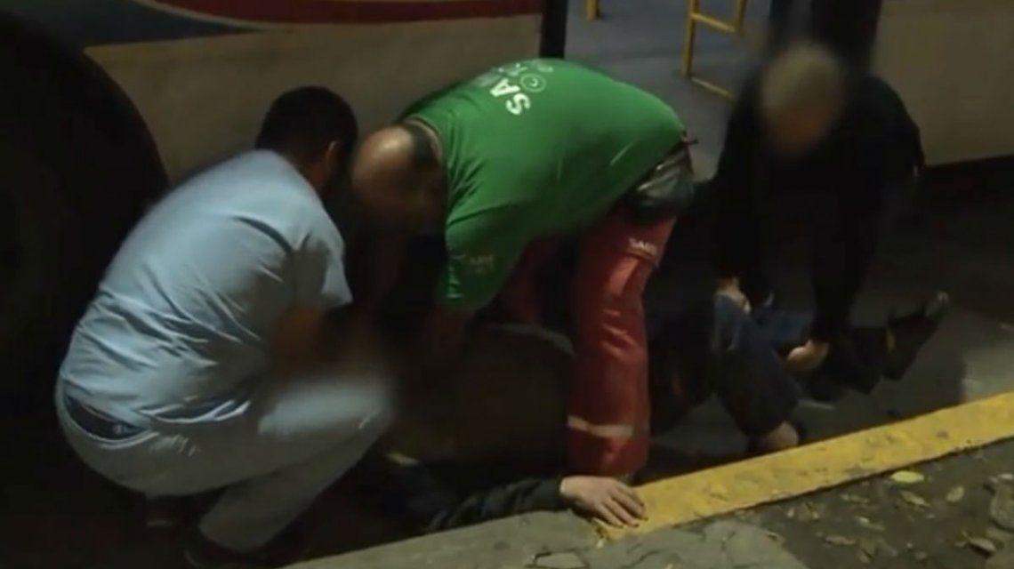 Un abuelo casi muere al caer del colectivo y ser arrastrado por el asfalto
