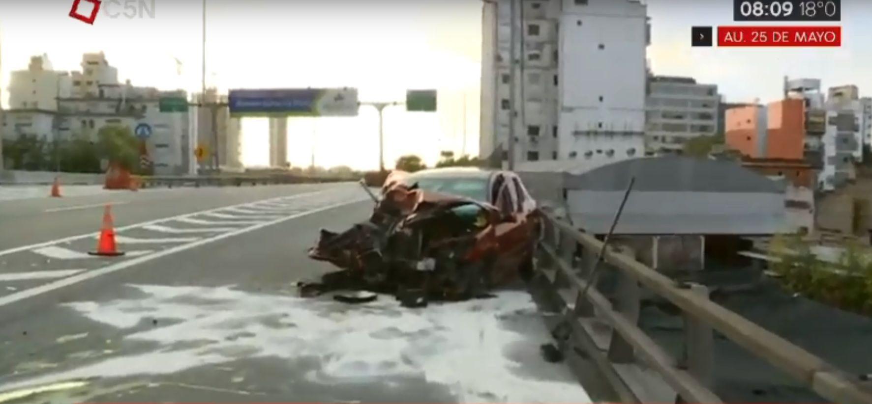 Subió a la autopista 25 de Mayo en contramano y provocó un tremendo choque