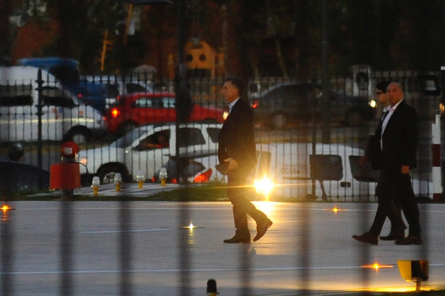 Mauricio Macri retirándose de la Casa Rosada.