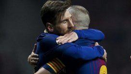 El abrazo eterno entre Messi e Iniesta