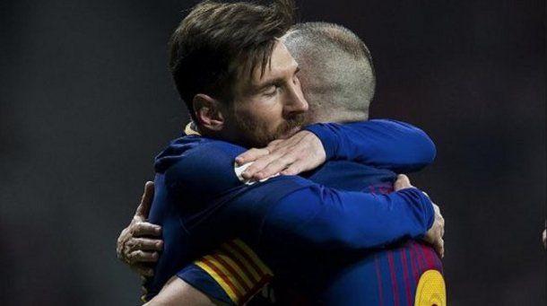 El abrazo eterno entre Messi e Iniesta<br>