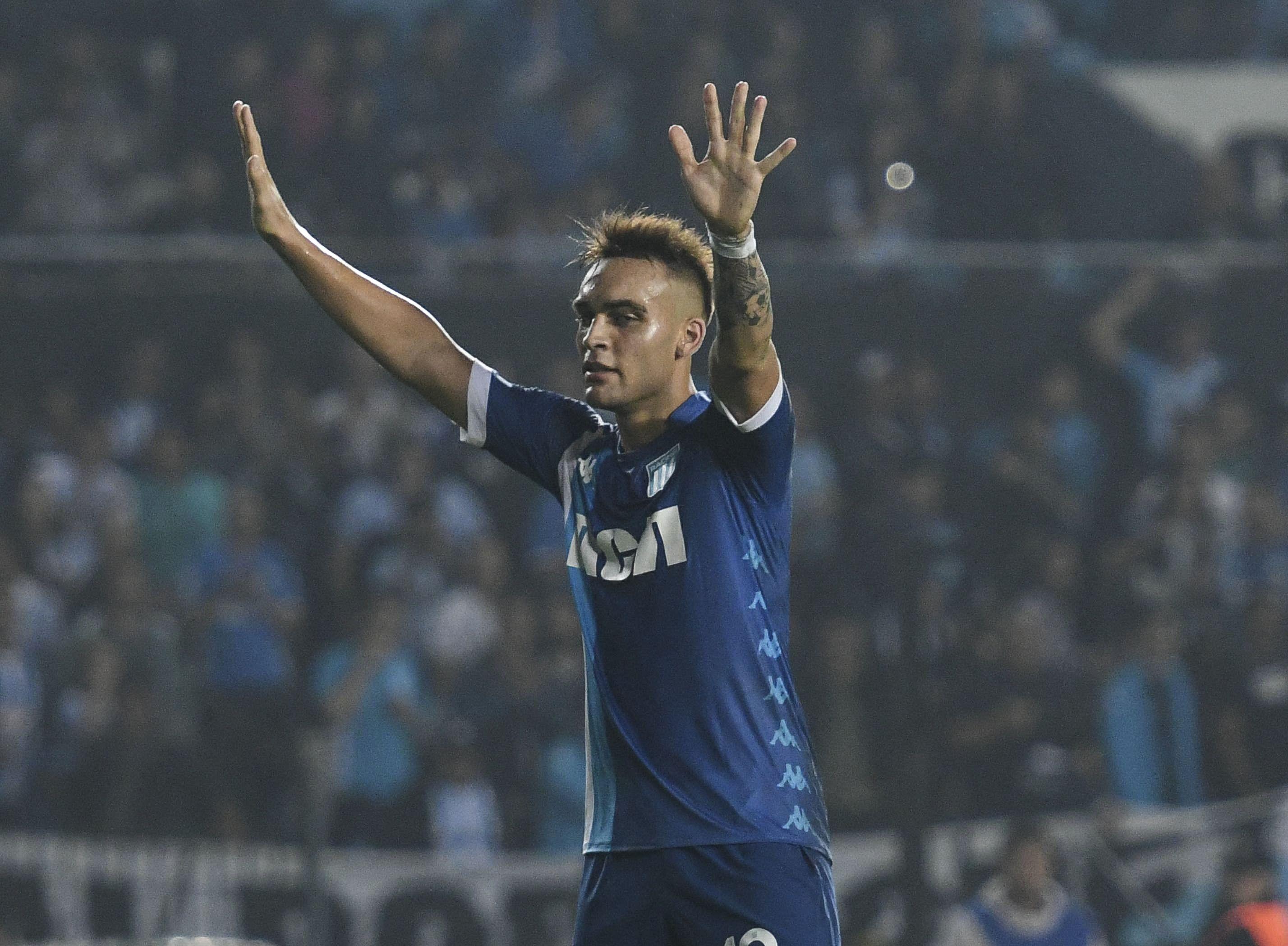 El festejo de Lautaro Martínez para el segundo gol de Racing ante Arsenal