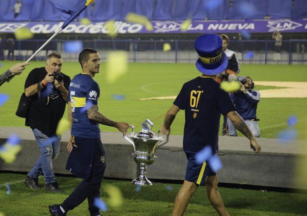 Fernando Gago entra con el trofeo de la Superliga<br>