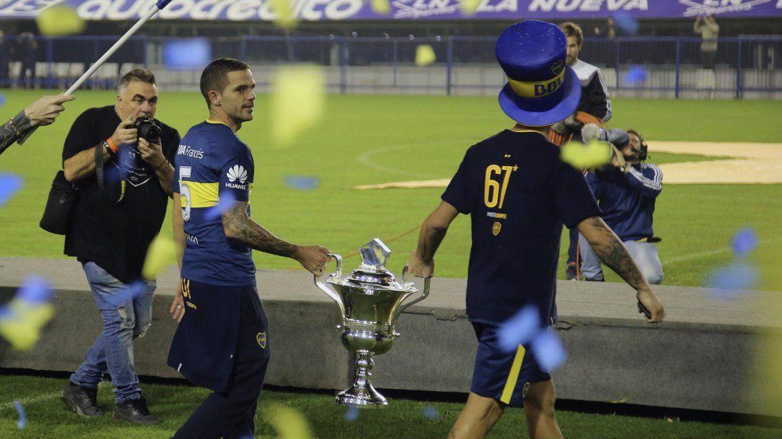 Fernando Gago entra con el trofeo de la Superliga