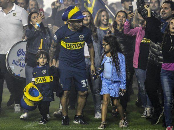 Carlos Tevez fue con su hija y su hijo a festejar<br>