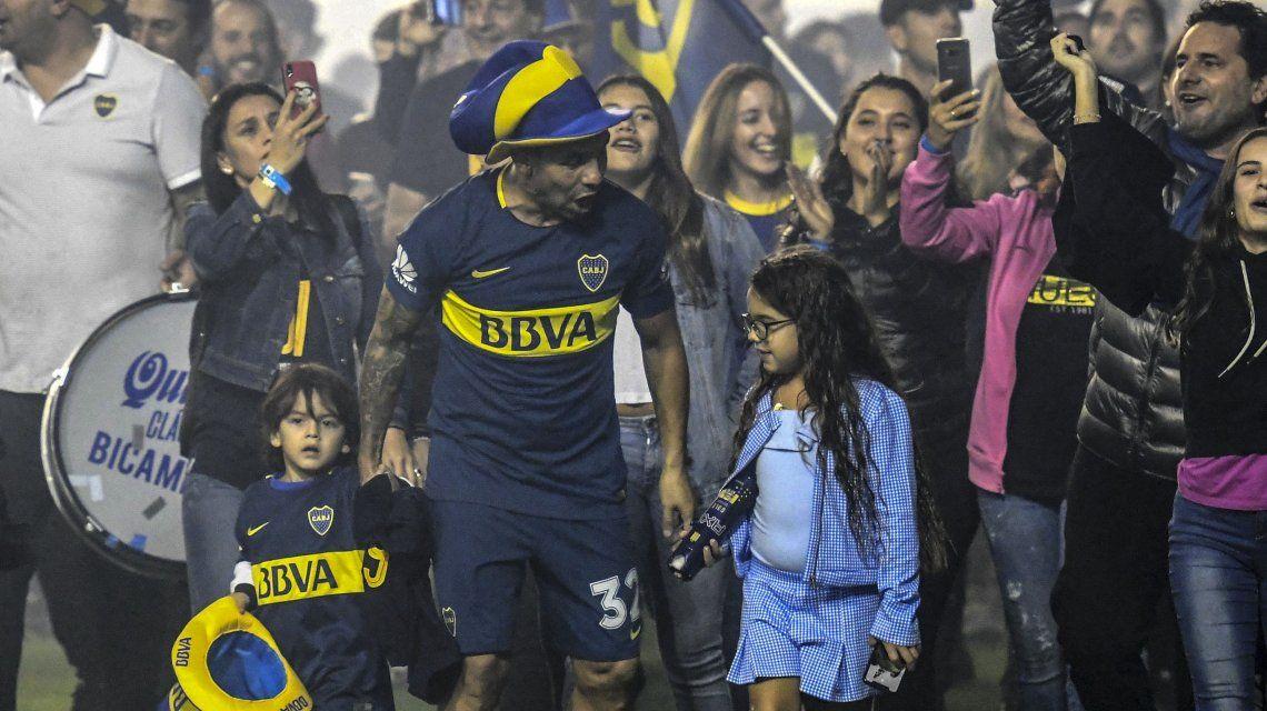 Carlos Tevez fue con su hija y su hijo a festejar