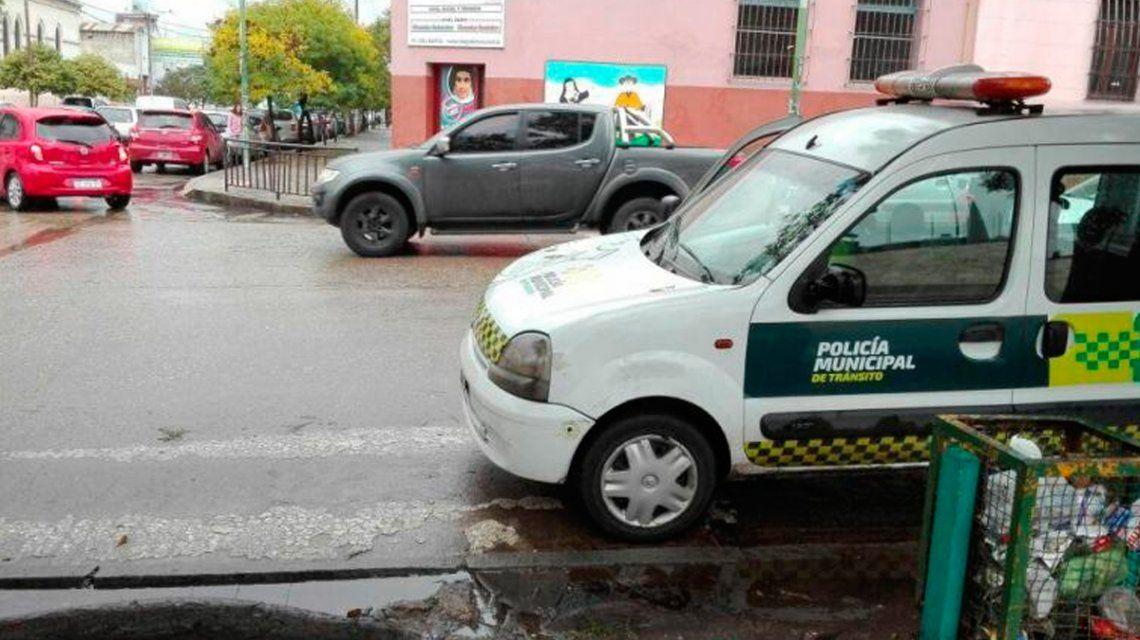 Un agente de tránsito amenazó a un hombre que lo escrachó mal estacionado