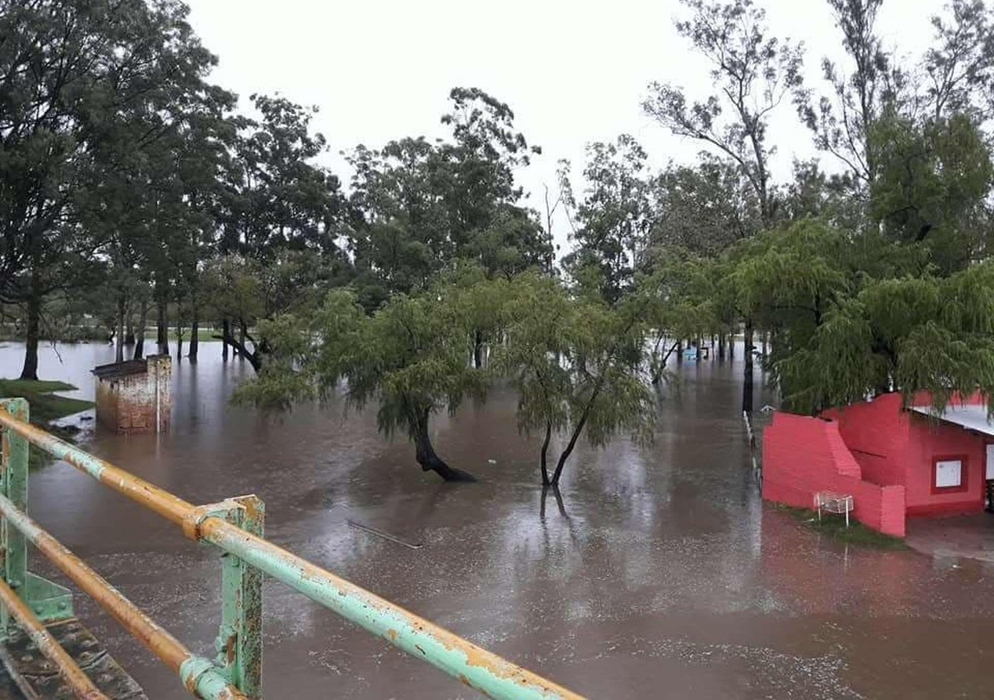 En zonas ribereñas el agua causó fuertes daños