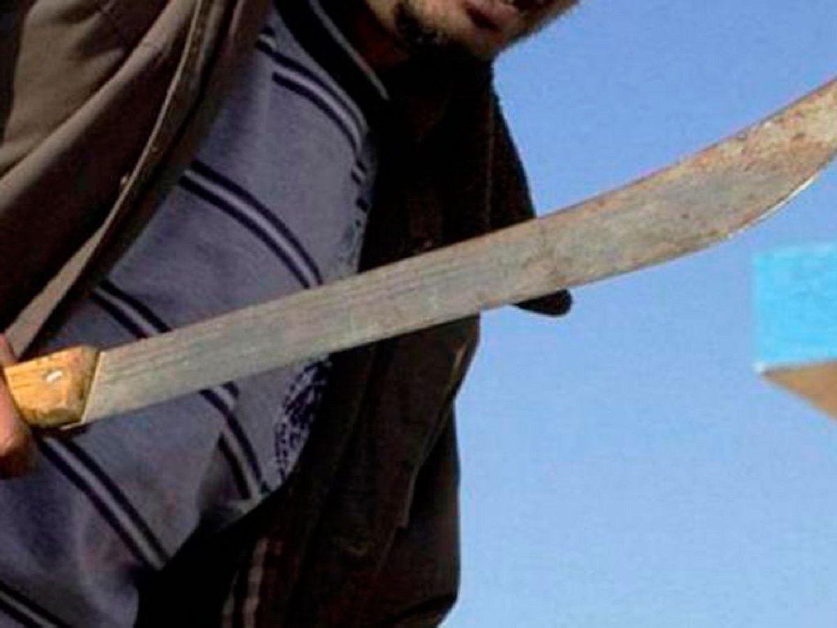 Una pareja con dos hijitos asaltó a un remisero y éste se defendió a machetazos