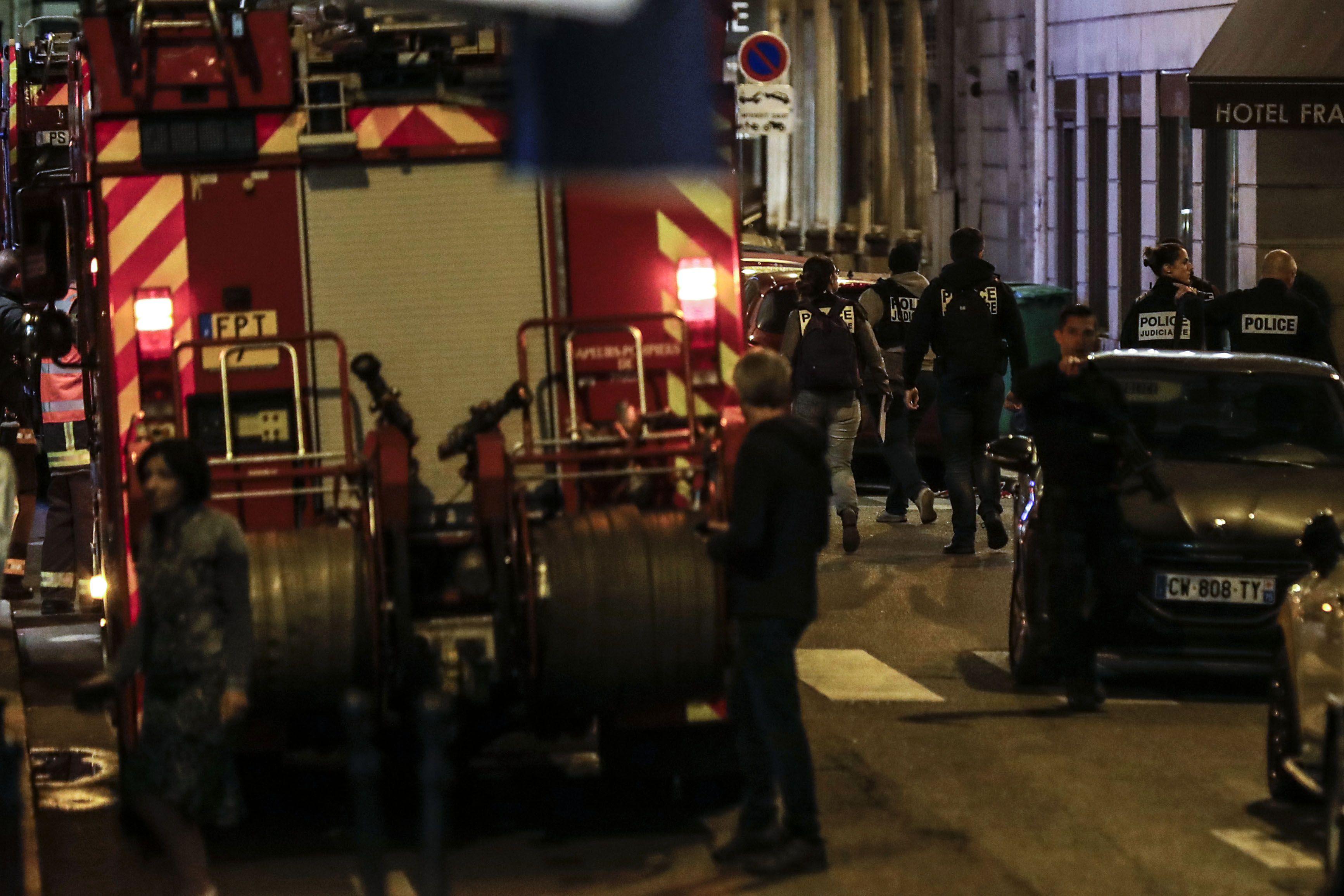 Un hombre atacó con un cuchillo a varias personas en la zona de Ópera