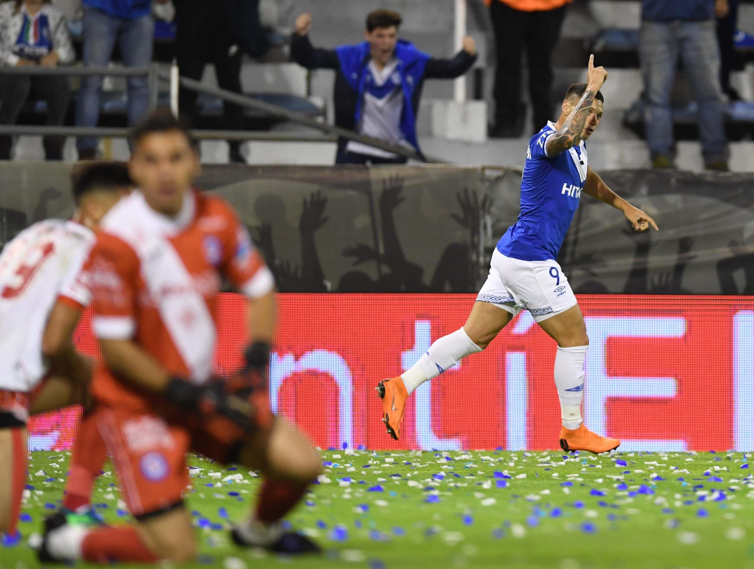 Mauro Zárate festeja el gol con el que abrió el marcador