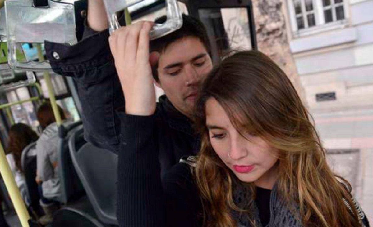 Mujeres denuncian 160 casos de acoso y abuso diarios en el transporte público porteño