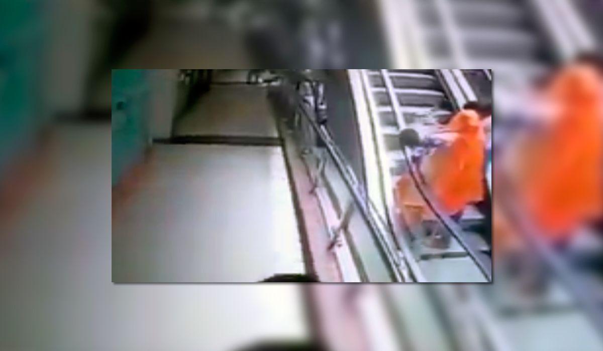 VIDEO: Una beba murió al caer de los brazos de su mamá en una escalera mecánica