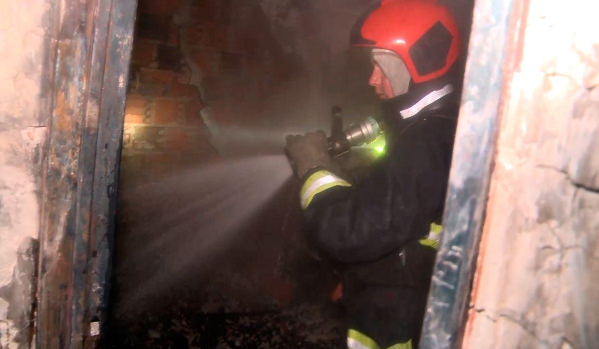 En primera persona: así vive un bombero un incendio desde adentro de un edificio