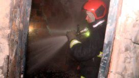 Así vive un bombero un incendio desde adentro de un edificio