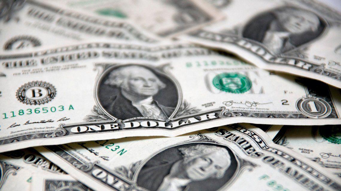 El dólar sumó este lunes su tercera baja consecutiva y cerró a 27,68 pesos