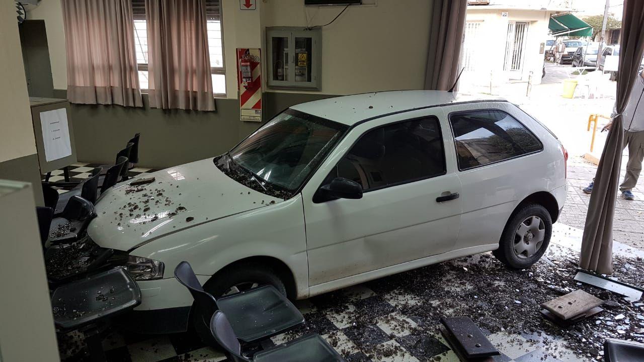 Velo incrustó su auto contra la vidriera de la oficina de la compañía de electricidad de San Pedro