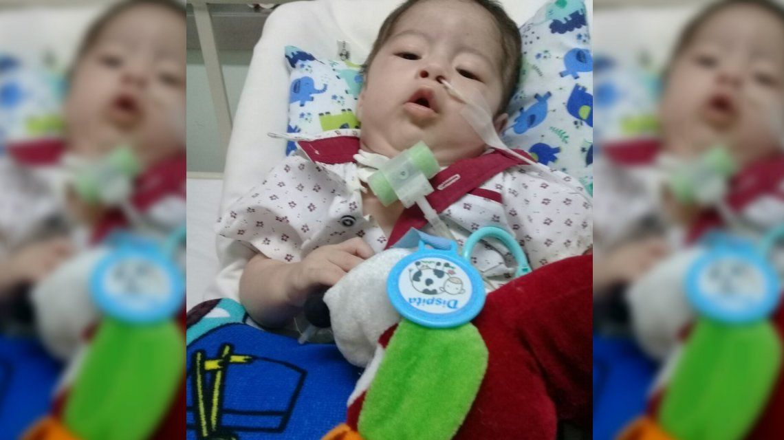 Tiene 8 meses, hace 4 está internado y piden ayuda para trasladarlo a su casa