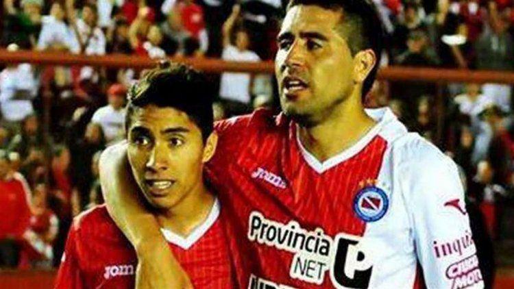 Luciano Cabral jugó con Juan Román Riquelme en la B Nacional y heredó la 10 en Primera