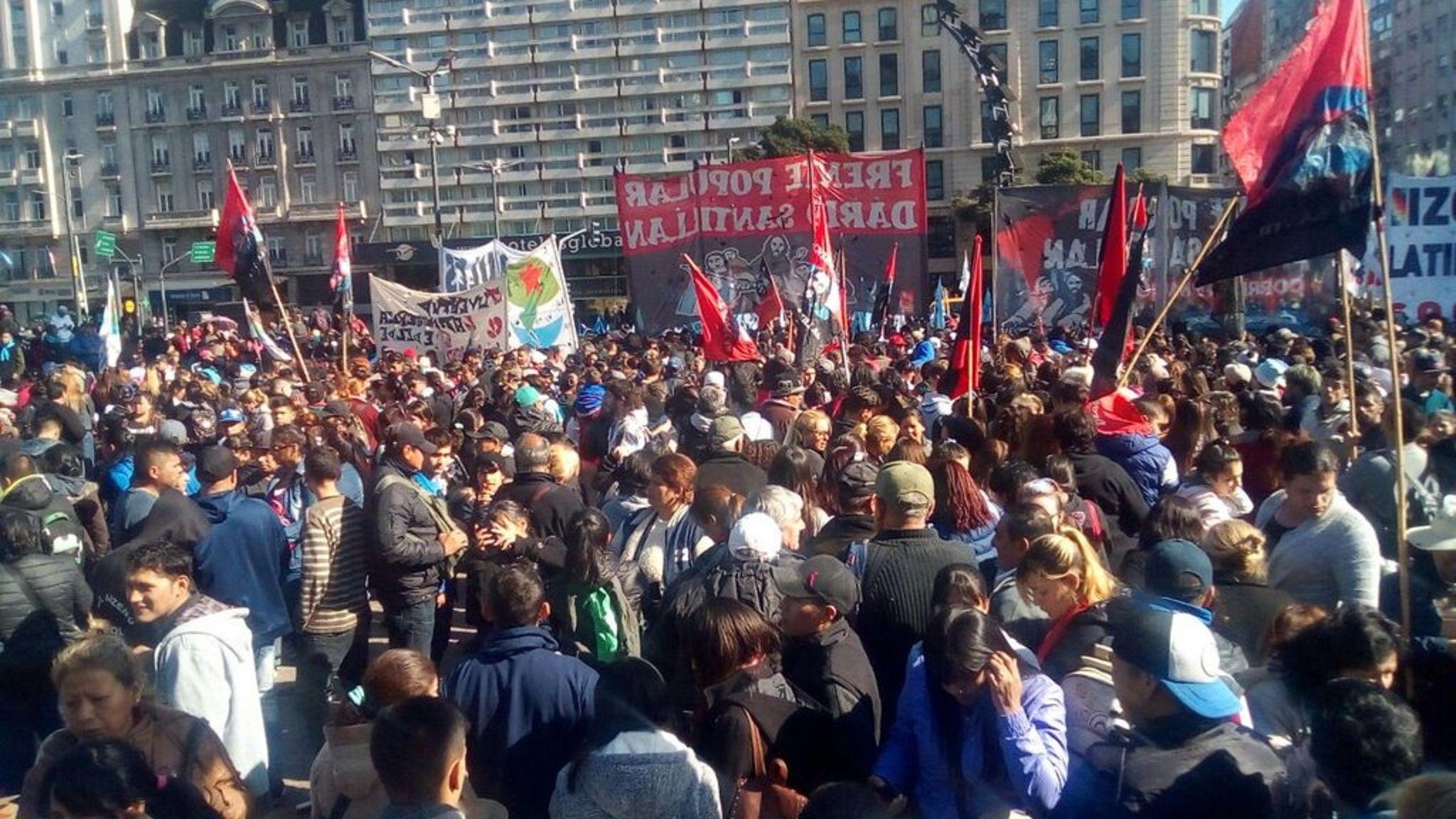 Tensión en Constitución: manifestantes cortaron la autopista 25 de mayo y frenan los autos