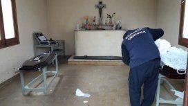 La policía encontró el cuerpo de la mujer afuera de su féretro y encima de la tumba de otra persona
