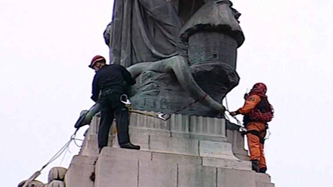Tensión en Congreso: una activista se subió a un monumento para concientizar sobre contaminación