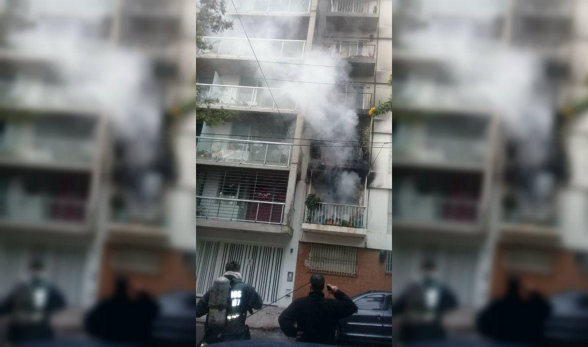 Dos camiones de bomberos tuvieron que intervenir para apagar el incendio en Guatemala al 4600