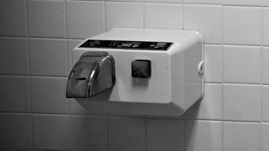 La amenaza menos sospechada de los baños públicos: los secamanos