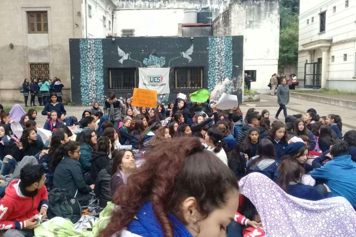 Tucumán: una directora comparó a una alumna con una prostituta por el largo de su pollera