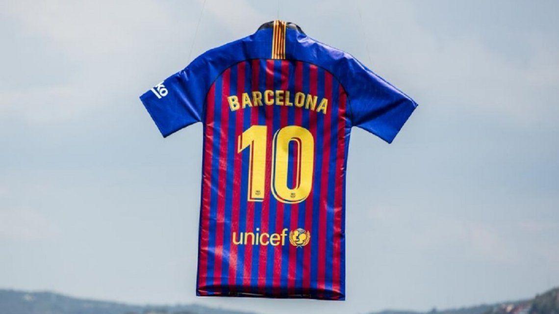 La camiseta de Barcelona para la temporada 2018 2019 - Crédito    FCBarcelona es 1ffbcc413ee
