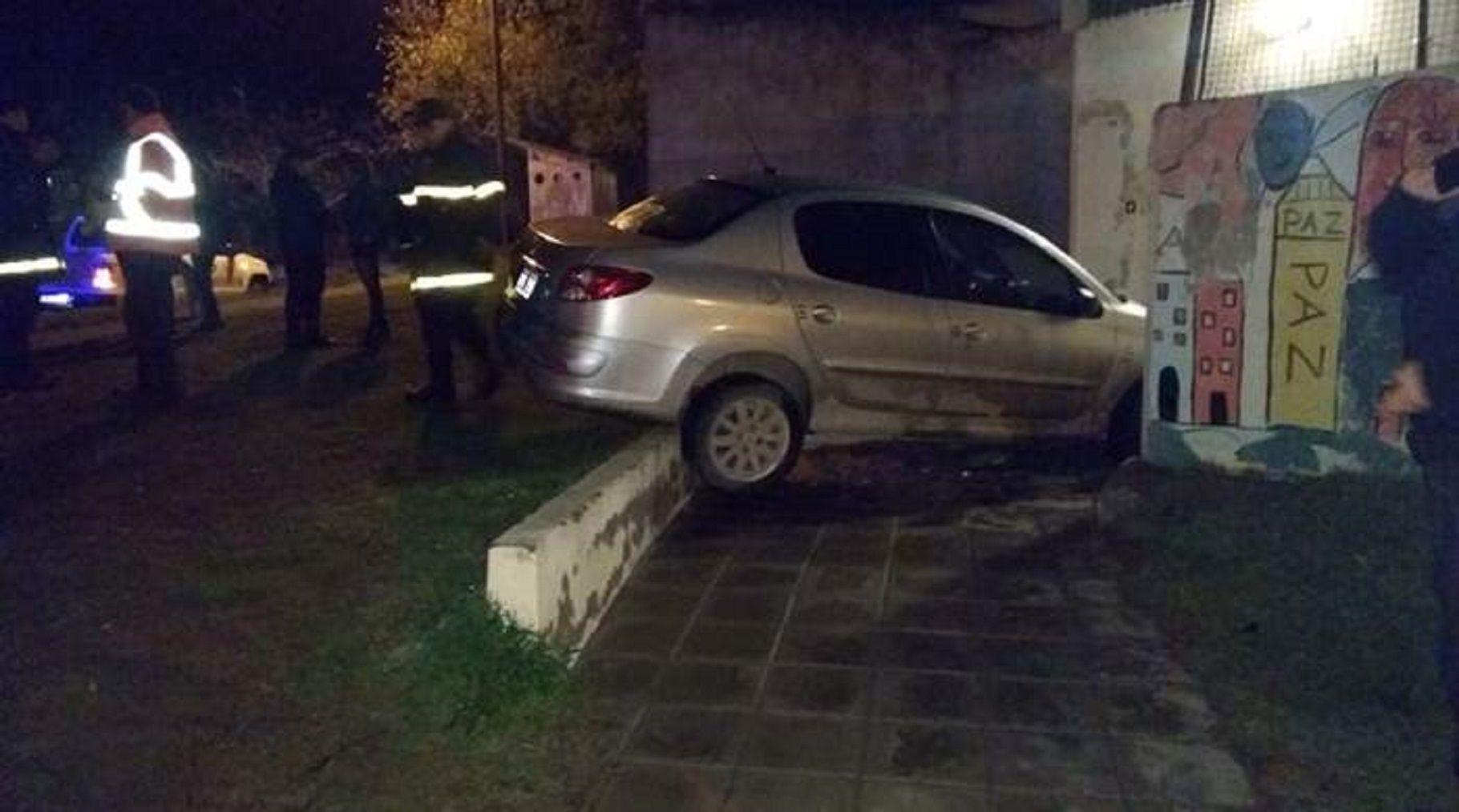 Bahía Blanca: una policía manejaba borracha y se incrustó en una escuela