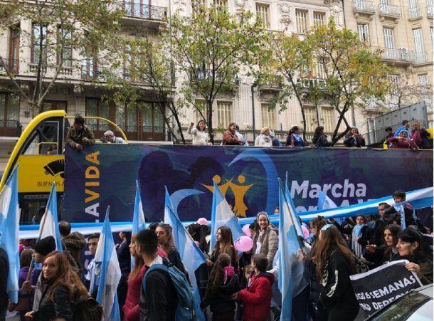 Marcha contra la legalización del aborto - Crédito: @cruzdelsurce<div><br></div>