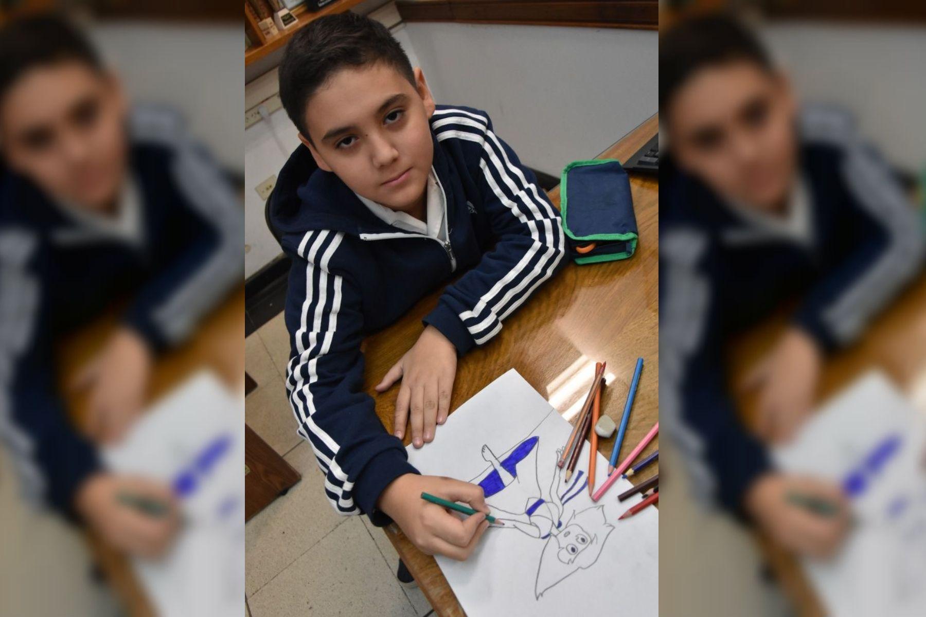 Tiene 10 años y vende sus dibujos para comprar sus lápices