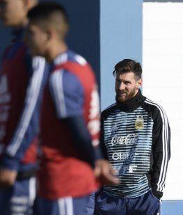Messi observa el trabajo de los juveniles en su primer día en el predio