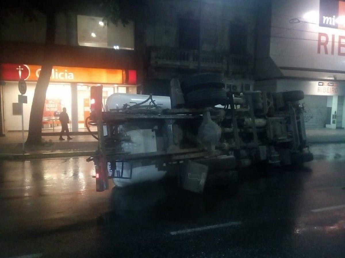 El vehículo volcó en pleno Juan Bautista Alberdi