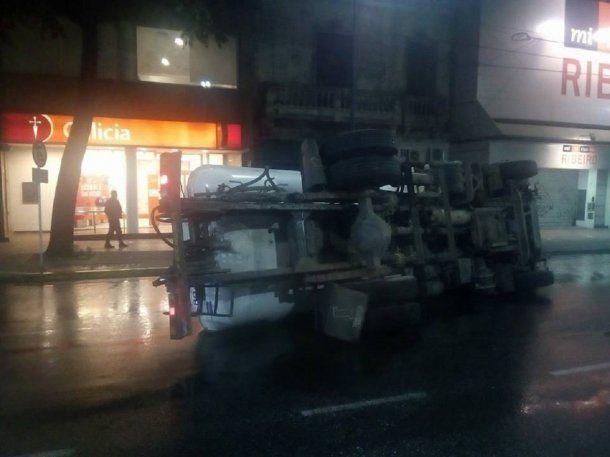 El vehículo volcó en pleno Juan Bautista Alberdi<br>