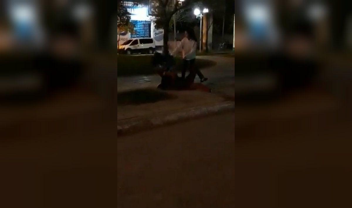 Las chicas se pelearon en la madrugada del martes en medio de la calle