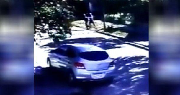 Así asaltaron dos motochorros a un estudiante a la salida del colegio en Burzaco
