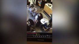 El hombre se llevó la mochila de una mujer y la cámara de seguridad lo capturaron