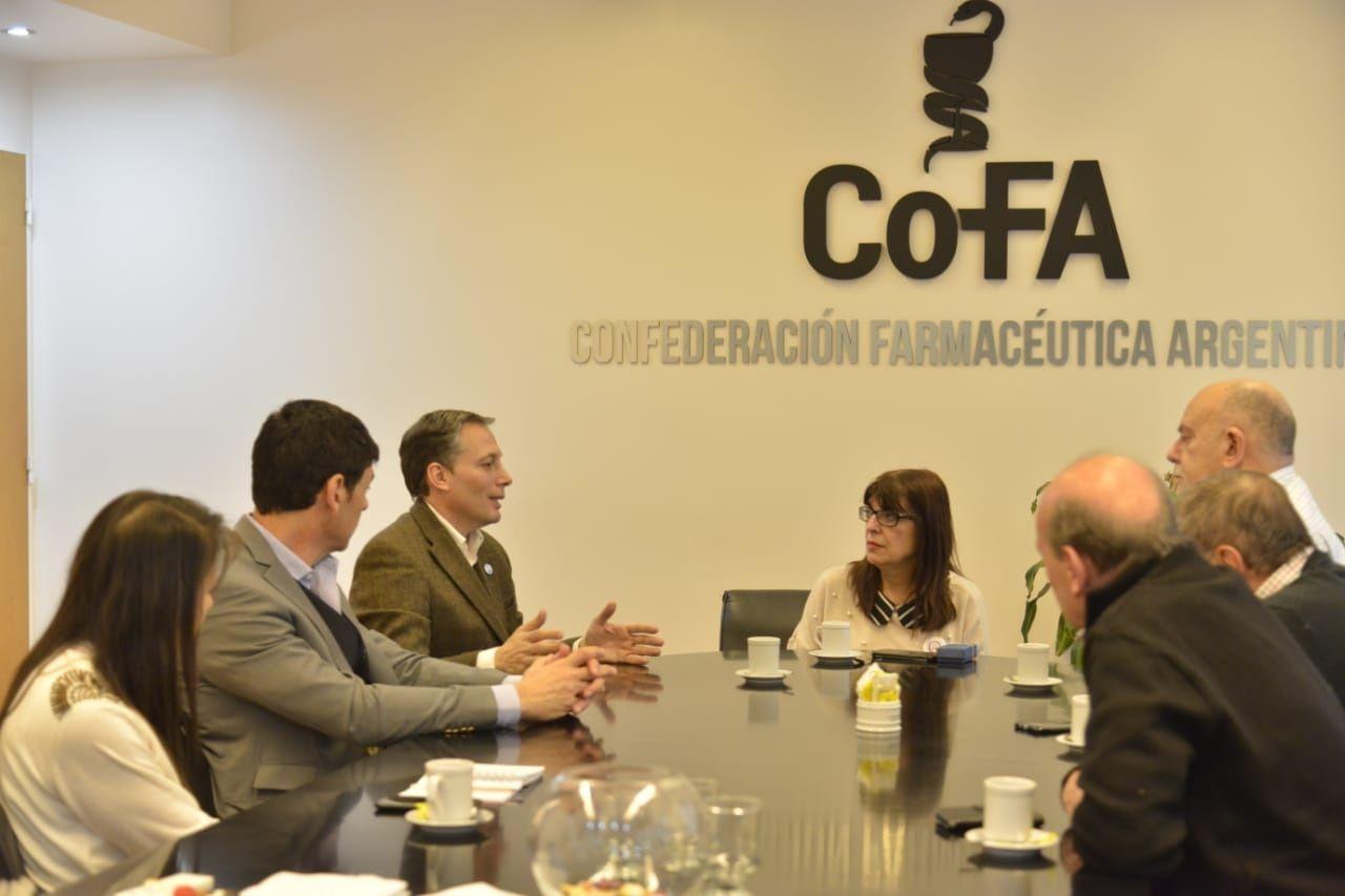 Fernando Gray con farmaceuticos